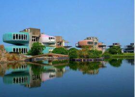 Заброшенный город с домами в форме НЛО.
