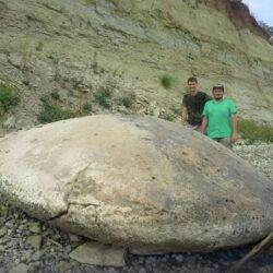 Найден огромный камень в форме летающей тарелки.