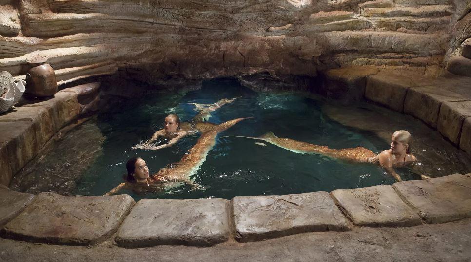 Три русалки в пещере. фото:  Look.com.ua