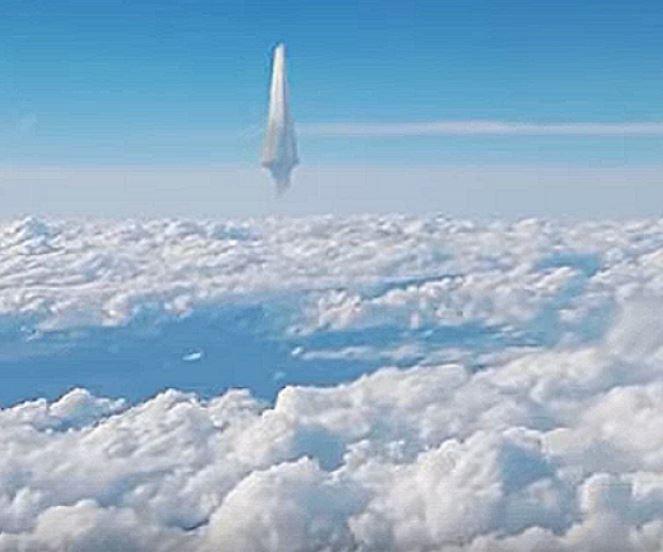 НЛО в небе. Фото из самолёта.