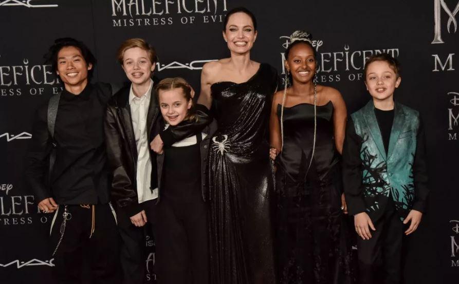 Дети поддержали Анджелину Джоли на премьере ее нового фильма... фото: