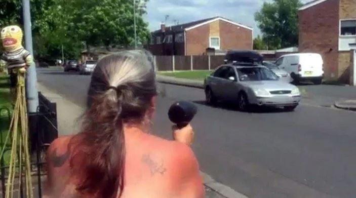 Английская бабушка борется с лихачами с помощью фена.