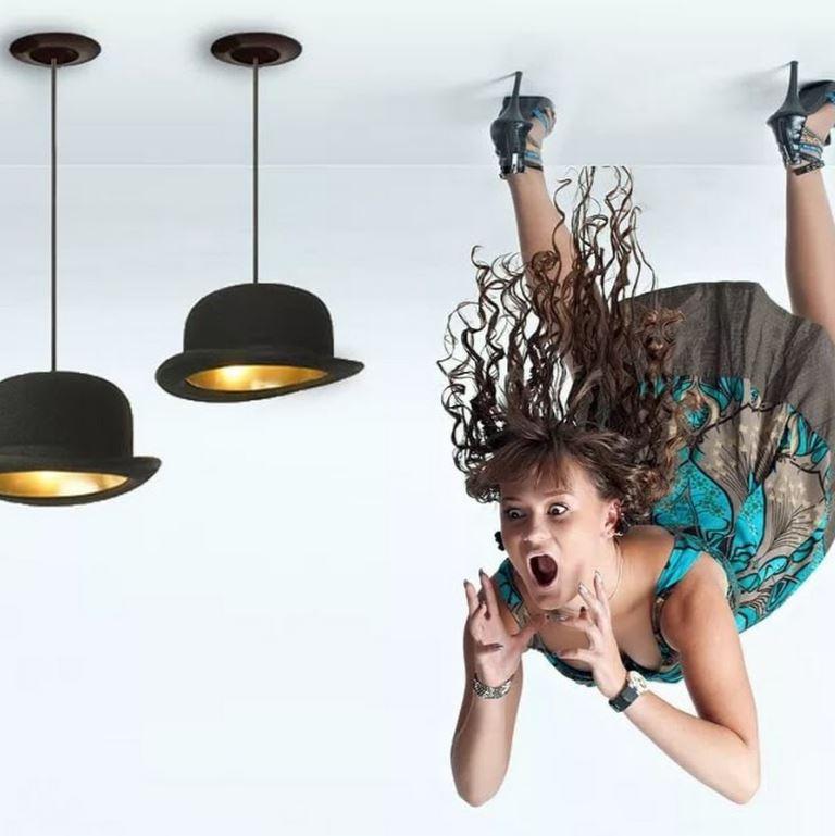 Женщина свисающая с потолка.