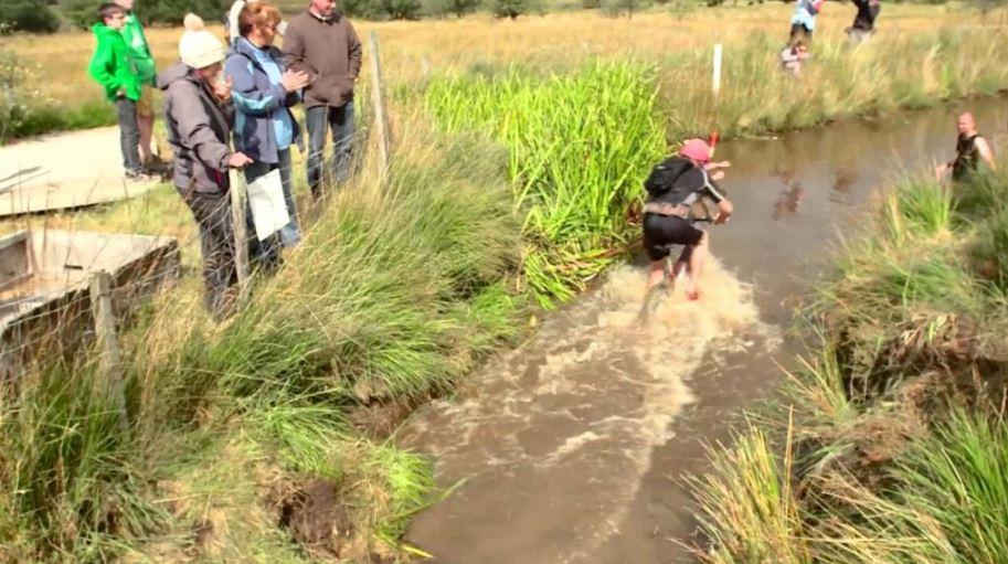 Плавание на горном велосипеде через болото.
