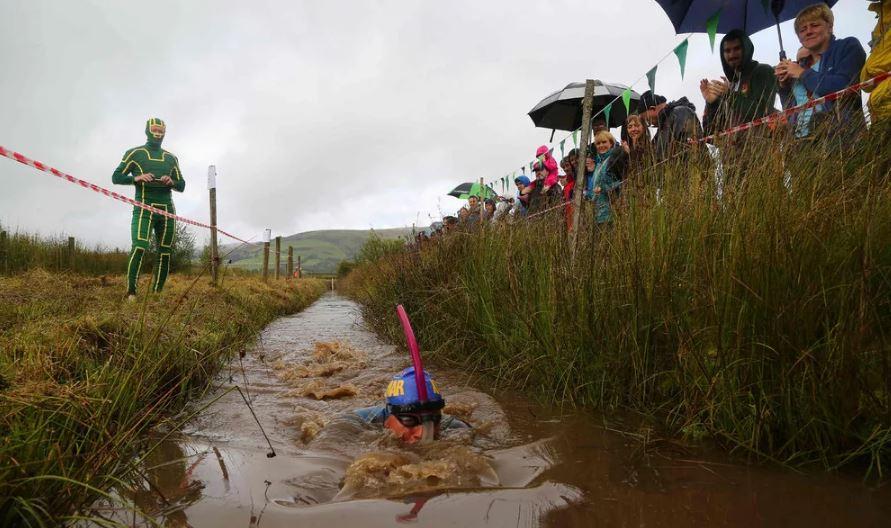 Всемирный чемпионат по плаванию в болоте на велосипеде.