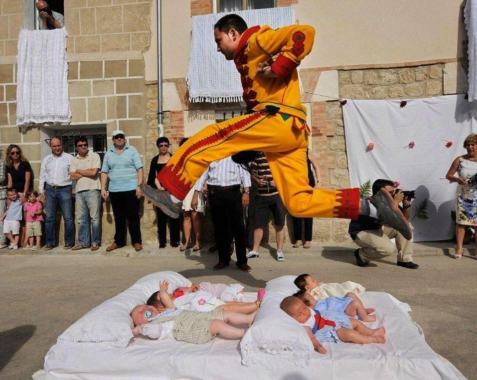 В Испании в июне ежегодно проходит фестиваль El Colacho, где люди прыгают через младенцев.