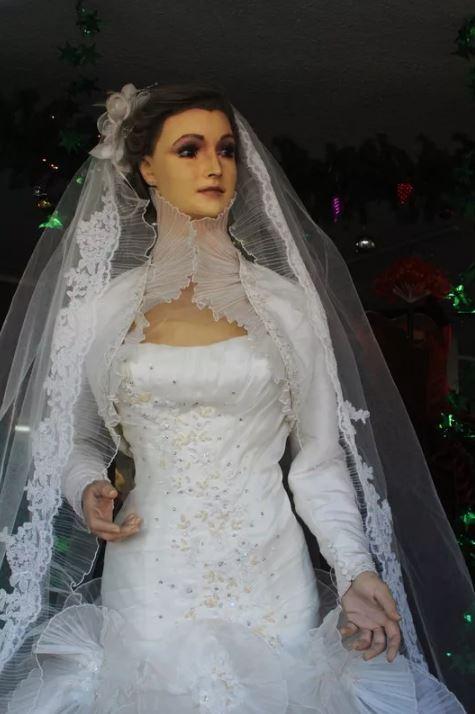 Вероятно, это самый жуткий манекен в мире, труп невесты.