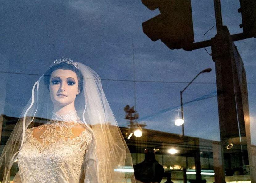 В Мексике на витрине свадебного магазина стоит мертвая невеста.