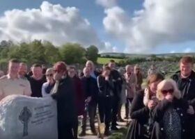 Похороны разразились смехом после того, как из гроба послышался голос.