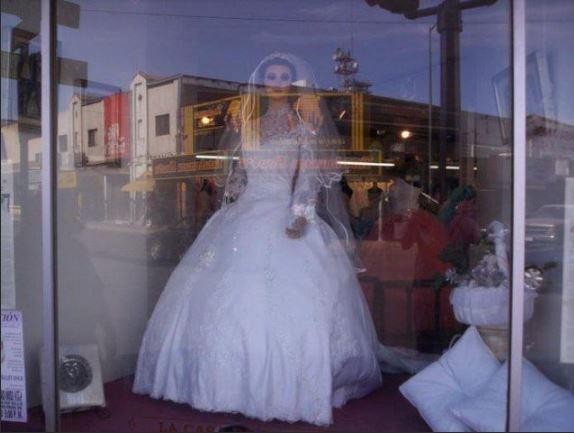 """""""Труп Невесты"""" в витрине свадебного салона."""