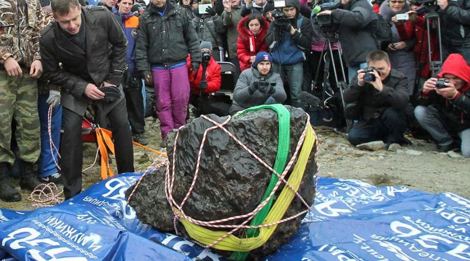 Огромный метеорит вынули из озера Чебаркуль.