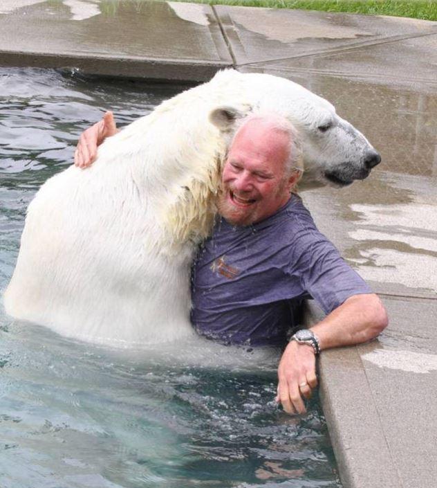 Дружба человека и белого медведя.