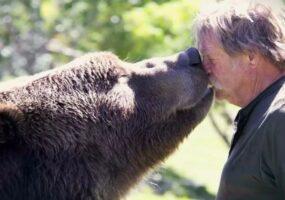 Невероятная дружба человека и медведя