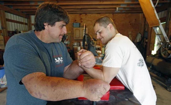 Джефф Дэйб из Стейси, штат Миннесота, начал участвовать в турнирах по армреслингу.