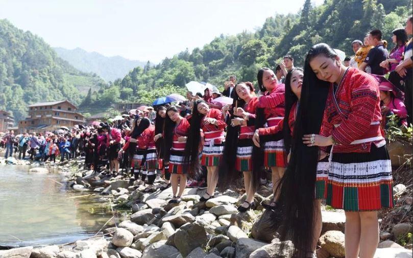 В горах на юге Китая находится деревня с удивительной традицией.
