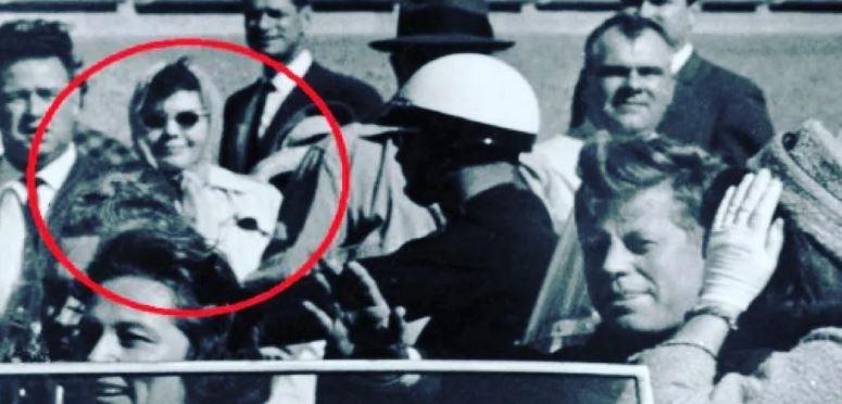 Неразгаданная тайна и исчезновение женщины с камерой, после убийства Джона Кеннеди.