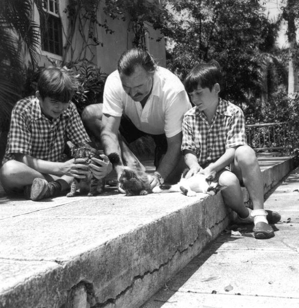 Эрнест Хемингуэй и сыновья Патрик (слева) и Грегори с кошками Доброй воли,