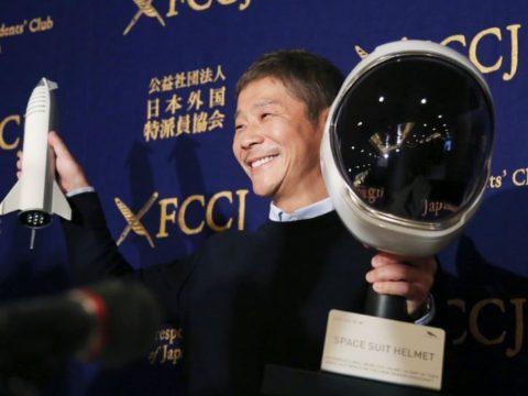 Японский миллиардер Юсаку Маэзава, который ищет девушку, которая присоединится к нему в поездке по Луне.