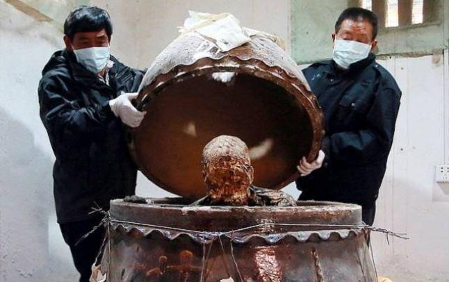 После его смерти специалисты по мумификации немедленно обработали его тело и поместили в большую банку в положении сидя.