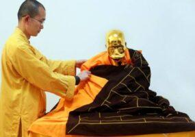 Буддийский монах превращается в золото в странном ритуале