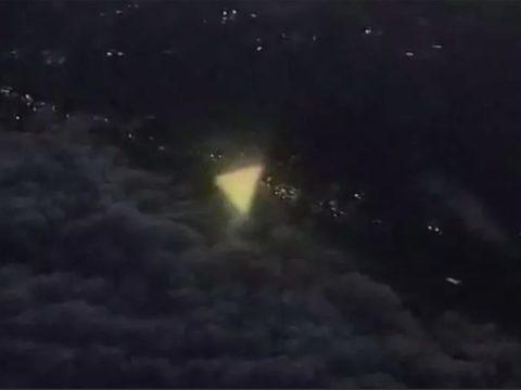 Из окна самолета в Техасе сняли треугольный НЛО.