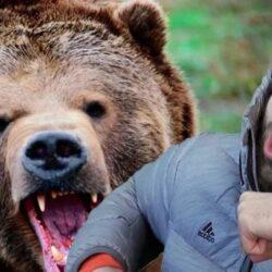 Парень встречает медведя и начинает с ним драться.