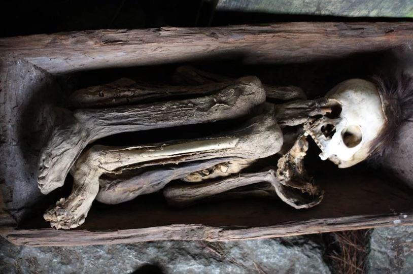 Хоронить было принято в маленьких гробах, предварительно прокоптив тело.