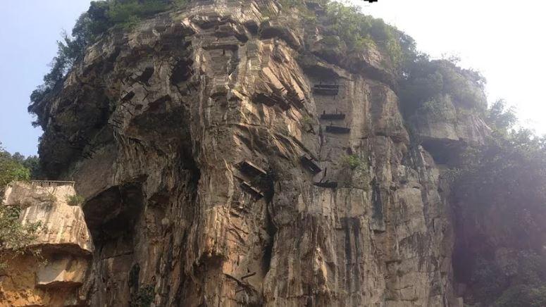 Гробы на возвышенных скалах.