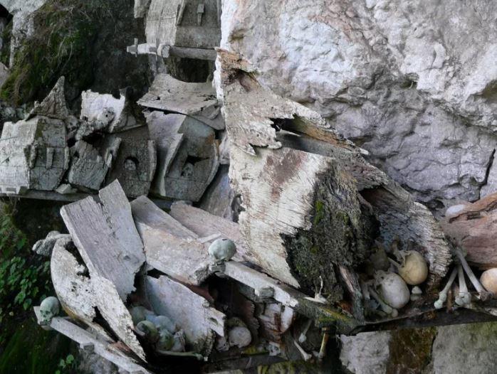 Висячие гробы - необычные погребальные сооружения.
