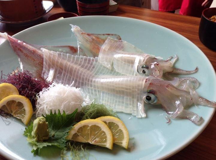 Блюдо из сырого кальмара.