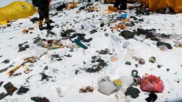 Экологи обеспокоены еще и загрязнением вершины Эвереста.