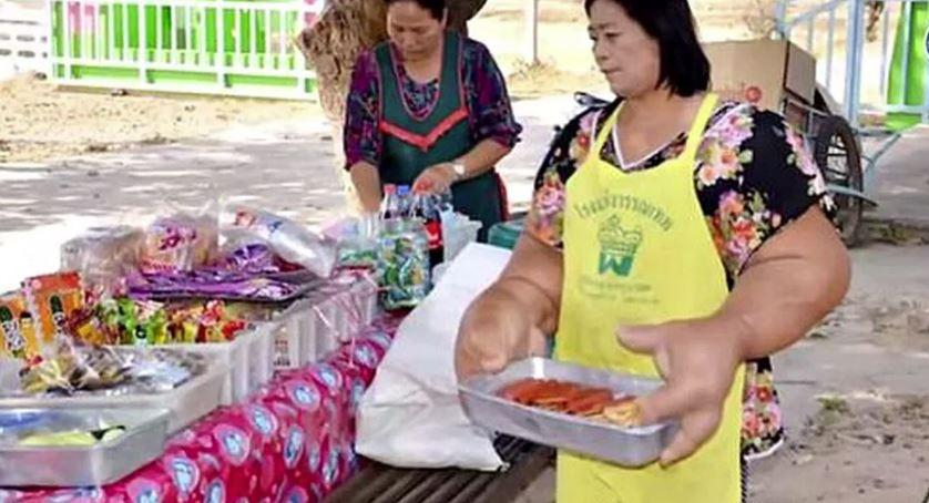 Дуанджай Самаксамам была вынуждена взять на себя семейный продуктовый магазин.