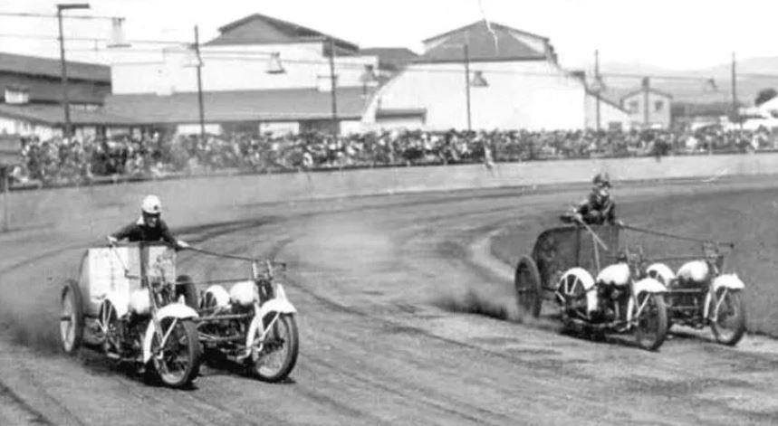 В 1920-1930-х годах гонки на колесницах пользовались большой популярностью.