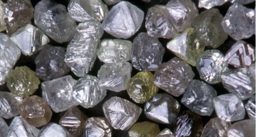 Не шлифованные алмазы выглядят, конечно, иначе, чем мы привыкли видеть.