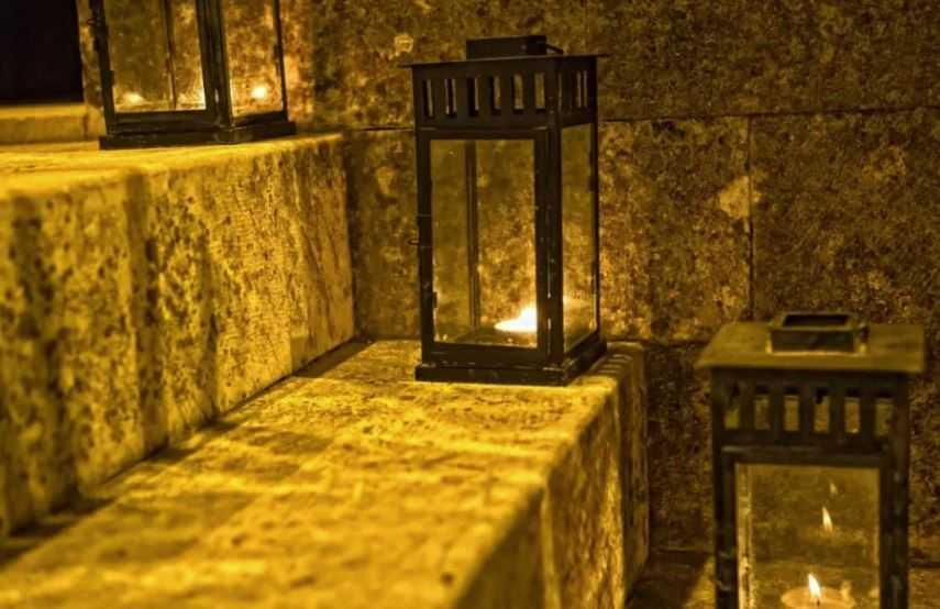 Таинственный свет освещал склепы.