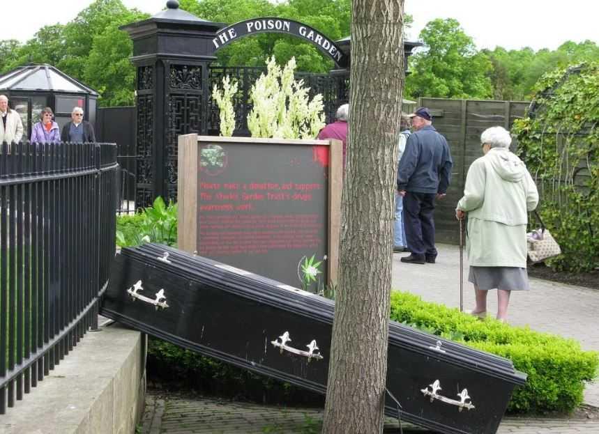 Сад ядовитых растений Альнвика - один из самых не обычных общественных садов. На входе, кроме предупреждения, установлен гроб. Как намек...