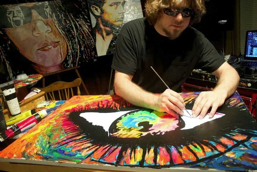 Слепой художник Джон Брамблитт рисует яркие и праздничные картины.