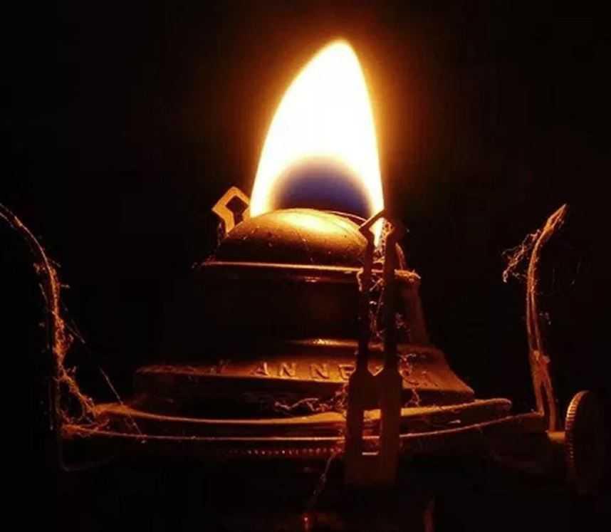 В древних захоронениях обнаружено множество удивительных ламп.