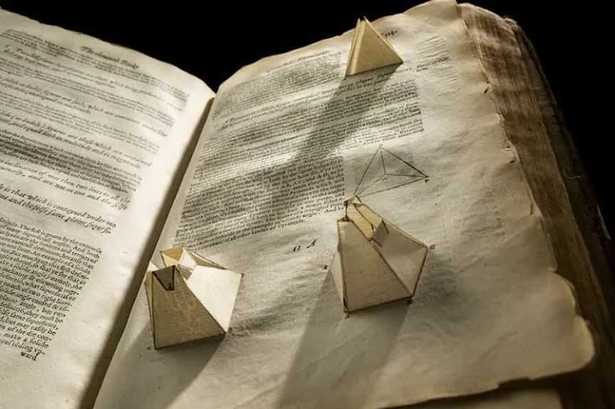 """""""Всплывающие"""" модели присутствуют на протяжении всего учебника по геометрии."""