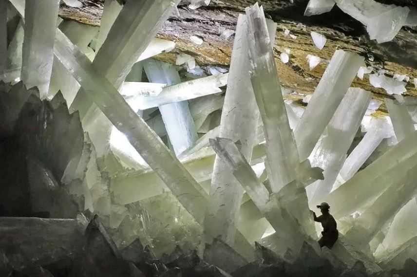 Гигантская пещера порождает гигантский хрусталь.