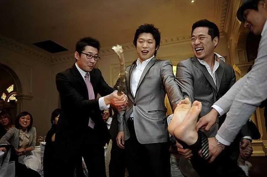 В ночь перед свадьбой счастливый кореец получает несколько ударов по ногам.