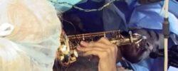 Музыкант, играет на саксофоне во время операции