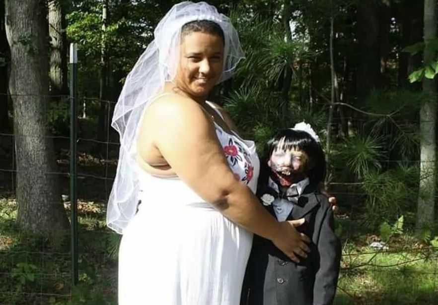 Фелисити утверждает, что кукла-зомби, лучше настоящего мужчины.