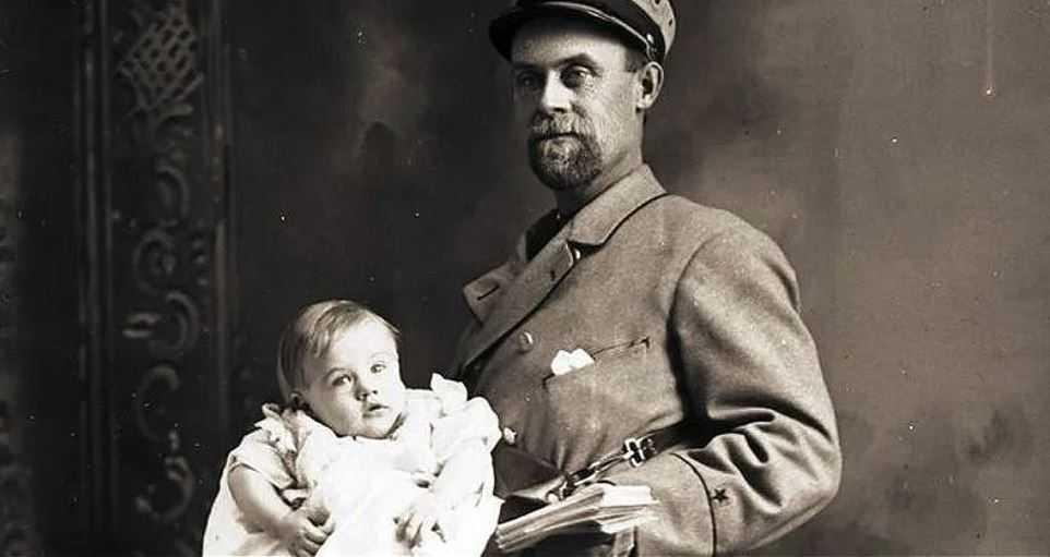 Примерно 100 лет назад из-за лазейки в законе малышей стали слать по почте.