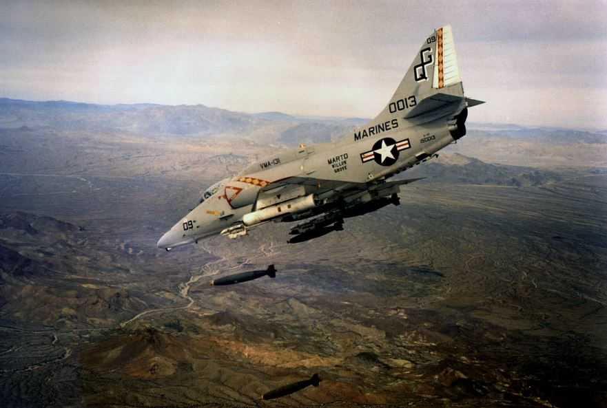 A-4E Skyhawk(Небесный ястреб). Именно такой, вооруженный самолет скатился с палубы