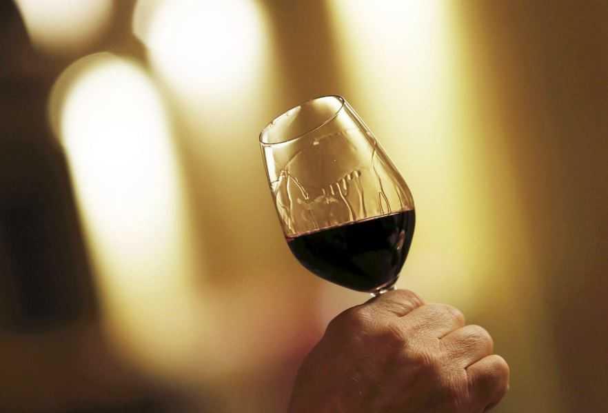 Изучение следов на стенках бокала -это также весьма простой способ определить качество вина. Но, как оказалось, не 100%-ый.