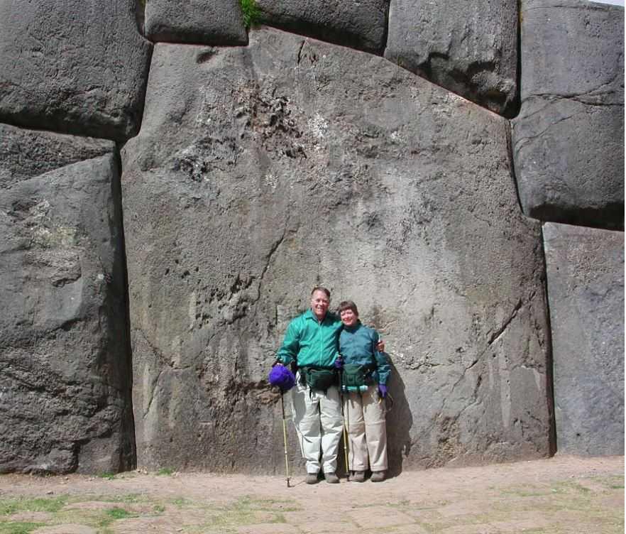Действительно невероятно гигантские камни уложены идеально. Как такую стену могли сложить древние? ...Тайна.