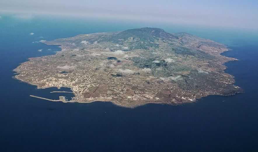 Остров Пантеллерия очень далек от остальной части Италии. И выглядит одиноко в Средиземноморских водах.
