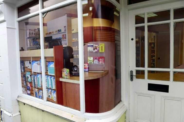 Магазин канцелярских товаров в деревне Belcoo в графстве Фермана, Северная Ирландия, недалеко от места саммита G8.