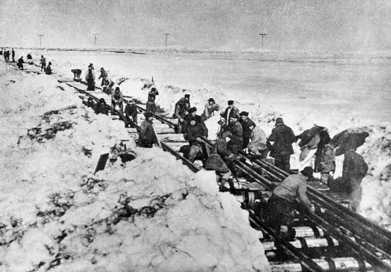 Пленные строят железную дорогу Салехард-Игарка. Фотография из книги Томаша Кизны